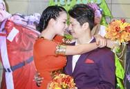 Vợ chồng Dustin Nguyễn không ngại âu yếm
