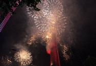 Đông nghẹt người ngắm pháo hoa từ phố đi bộ Nguyễn Huệ