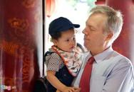 Đại sứ Mỹ đưa con đi Văn Miếu nhân ngày nhà giáo Việt Nam