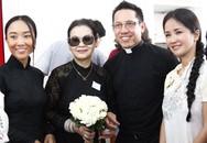 Danh ca Khánh Ly mang tro cốt chồng về Việt Nam