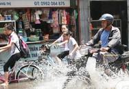"""Hà Nội: Chỗ mưa ngập đường, chỗ nắng """"vỡ đầu"""""""