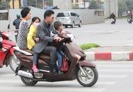 """Người Hà Nội vô tư để đầu trần """"cưỡi"""" xe máy đi chúc Tết"""
