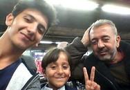 Cha con người tị nạn đổi đời sau khi bị phóng viên ngáng chân