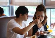 Ông Cao Thắng tình cảm đút thức ăn cho  Đông Nhi ở sân bay