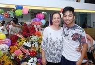 Mẹ Khánh Thi thân thiết với Phan Hiển trong tiệc sinh nhật