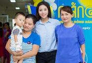 Hoa hậu Kỳ Duyên giản dị cùng mẹ đi từ thiện