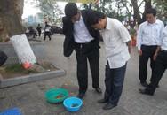 """Chiêu trò kiếm lời trên """"thân xác"""" những con cá, ba ba tại chùa Trấn Quốc dịp đầu năm"""
