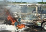 Xe du lịch cháy rụi dưới nắng nóng như thiêu ở Hà Nội