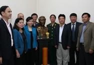 Bộ Y tế thành kính dâng hương và thăm hỏi gia đình cố Bộ trưởng Vũ Văn Cẩn