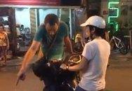 Chạy xe máy vào phố đi bộ, cô gái trẻ bị chàng Tây chặn xe, yêu cầu tắt máy dắt bộ