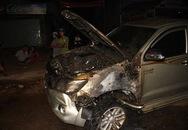 Ôtô bốc cháy dữ dội sau khi bỏ chạy khỏi hiện trường tai nạn