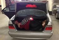 Chui vào cốp ôtô, hai em nhỏ tử vong