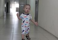 Trẻ có nguy cơ lãng tai vì đi giày phát ra âm thanh