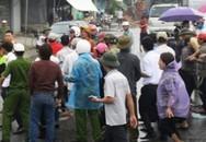 Dân đội mưa kéo ra quốc lộ đề nghị mở đường qua đồng