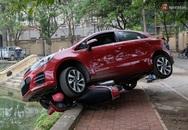 Hà Nội: Đạp nhầm chân ga, người phụ nữ lái ô tô suýt lao xuống hồ