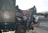 Chồng bị thương ôm thi thể vợ khóc sau cú tông đuôi xe tải
