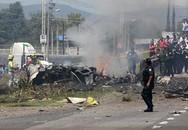 Máy bay bốc cháy dữ dội trên đường cao tốc