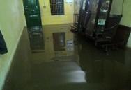 """Hà Nội ngập nặng sau trận mưa kéo dài: Xót cảnh dọn """"lũ""""nửa đêm"""