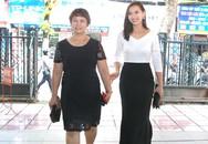 """Lã Thanh Huyền dắt mẹ đến ra mắt phim """"Người trở về"""""""