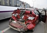 Xe khách tông ôtô con bẹp dúm, 4 người thoát chết