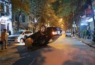 Xe Chevrolet tông vào taxi rồi lật nhào giữa phố Thi Sách