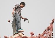 """Thanh niên nghi """"ngáo đá"""", leo lên bảo tháp đập phá tượng Phật"""