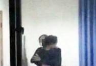 Thầy giáo bị sa thải vì lộ ảnh ôm hôn nữ sinh trong trường