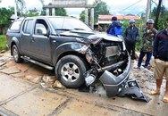 Ô tô chết máy giữa đường tàu, 5 người suýt mất mạng