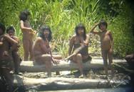 Bộ tộc bí ẩn ở Amazon bất ngờ xuất hiện, dùng cung bắn chết người