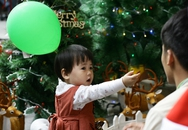 Những gương mặt em bé ngơ ngác đáng yêu vì lần đầu biết quà Giáng sinh