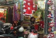 Quà tặng, đồ trang trí Noel đa dạng hơn, người dân tấp nập đi mua sớm