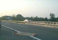 Đứng đợi xe khách trên cao tốc, mẹ chết con nhập viện