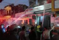 Cửa hàng phụ tùng xe máy bốc cháy trong mưa