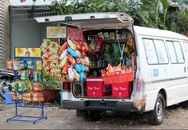Tiệm tạp hóa trên ôtô ở 'phố nhà giàu' Sài Gòn