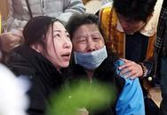 Thân nhân hành khách chuyến bay GE235 khóc ngất trong tang lễ