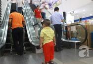 Cận cảnh hình ảnh cha mẹ thờ ơ với sự an toàn của con trẻ ở thang cuốn