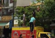 Nam thanh niên cởi trần đánh đu trên đường dây điện khiến nhiều người hoảng sợ