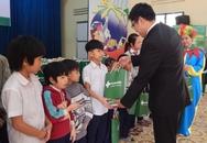 Tặng quà tết cho trẻ em Làng Hy Vọng