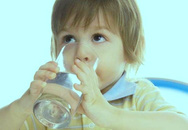 Mùa hè, trẻ cần uống bao nhiêu nước?