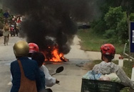 Xe máy bốc cháy dữ dội sau một cũ ngã