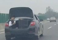 """Bé trai """"tự sướng"""" khi đang ngồi trong cốp xe ôtô gây phẫn nộ"""
