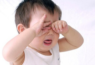 Làm sao để bé hợp tác khi nhỏ thuốc đau mắt?