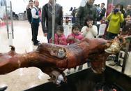 Chung cư Hà Nội: Bày tiệc hành lang, mổ bò ăn cỗ tất niên
