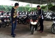 Xe máy cắm chìa khoá nằm 2 ngày bên hồ Xuân Hương