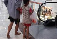 Bố đi chân đất, nắm tay con gái mua mì tôm trong Trung tâm thương mại