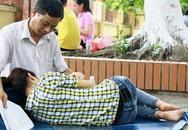 Câu chuyện phía sau bức ảnh bố trông con ngủ trong kỳ thi ĐH 2012