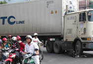 Bị xe container cán, 2 nữ sinh thoát chết hy hữu