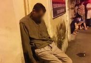 Cụ ông chết trong tư thế ngồi dựa vào tường một nhà dân ở Hà Nội