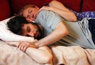 Bỏ tiền thuê trai lạ về ôm để bớt nhớ chồng
