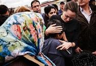 Angelina Jolie vỗ về một em bé ở trại tị nạn